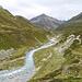 Auf der unmarkierter weg unterhalb Punkt 2296m mit Blick auf Piz Traunter Ovas.