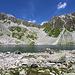 Lai Negr unterhalb die steile Felsen zwischen Piz Bleis Marscha und Piz Mulix.