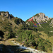 Den Wanderweg am Stachlerkopf vorbei zu den Drei Kapuziner habe ich nicht gekannt, ich glaubte ein Weg gehe sicher auf der Nordseite hinauf zum Stachlerkopf, weit gefehlt, zuerst probierte ich den Aufstieg weglos auf der Nordsüd Seite, rote Linie, leider kein Erfolg, der Einstieg, [http://www.hikr.org/gallery/photo2487586.html?post_id=125301#1 Nr.3] die Felswand war steiler als ich angenommen habe und zudem brüchig, beim Einstieg, [http://www.hikr.org/gallery/photo2487585.html?post_id=125301#1 Nr.2] der Schotter- Geröllhang war sehr steil abfallend und sehr nass und rutschig, bei trockenem Gelände hätte ich es probiert, so aber nicht. Der Zustieg über die Nr.1 wäre event. gegangen, die steil abfallenden Geröllhänge müssten weiter unten gequert werden, nachher wäre man allerdings auf der Südseite bei den Legföhren, was ich nicht wollte, also ging ich wieder zurück. Die blaue Linie ist der normale Bergweg.<br />
