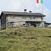 ein wenig höher liegt die Hütte mit der italienischen Fahne