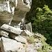 Im Val Costoregna - unter den Felsen hindurch führt quasi horizontal ein Weg von Costoregna nach Monte di Val Mött