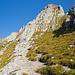 Einstieg zum Klettersteig Brunnistöckli (weisse Tafel und Drahseile in Originalgrösse)
