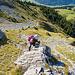 Der Klettersteig ist über weite Strecken nicht sonderlich steil. Dank massvollem Umgang mit Eisen müssen Griffe und Tritte oft im Fels gesucht werden.