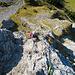 Rückblick. Im Hintergrund machen sich zwei Klettersteiggeher bereit. Noch herrscht nicht allzu viel Betrieb am Klettersteig. Gegen Nachmittag hin wird sich das ändern.