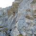 Der Beginn vom Zittergrat Klettersteig. Zunächst geht es fast senkrecht hoch, dann folgt der kurze Quergang unter dem Felsdach (Stifte in Originalgrösse gut zu sehen). Diese Stelle ist etwas knifflig und sicherlich eine der Schlüsselstellen, wenn nicht sogar die anspruchsvollste Passage des gesamten Steigs.