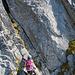 Kurz vor dem Felsspalt. Das Seil ist hier straff gespannt, so dass man die Stelle am besten mit einem grossen Spreizschritt überwindet, oder, wie [u Aichen] später machen wird, sich am Seil hinüberzieht. Die Arme unseres Klettersteigsets waren zu kurz um unten durch zu gehen.