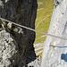 Blick in den Felsspalt. Nicht sonderlich spektakulär, aber mit etwas zu hoch gespanntem Seil.