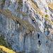 Eine Person befindet sich gerade in der ersten Schlüsselstelle unter dem Felsdach (Ausschnittvergrösserung)