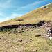 Nachdem ich recht lange die schöne Aussicht und die angenehmen Temperaturen auf dem Gipfel genossen habe, ging's wieder an den Abstieg. Hier kurz unterhalb des Gipfels ein verfallenes Haus. Hier ist auch ein markierter Abzweig zum viel weiter unten gelegenen Dorf Topli Do (725m), einem weiteren Ausgangspunkt für die Besteigung des Midzor (siehe hier [tour28726 Midžor / Midžur 2169m]).