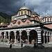 Da ich am Anreisetag in Bulgarien noch viel Zeit hatte, bin ich erstmal auf die andere Seite des Rila-Gebirges gefahren, um dem gleichnamigen [https://de.wikipedia.org/wiki/Kloster_Rila Kloster] einen Besuch abzustatten.<br />