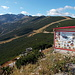 An der Bergstation, Yastrebetz (2369m), Ansicht von Norden. Hier ist das Gipfelziel schon zu sehen. Noch ganz schön weit weg, aber die Höhenmeter halten sich in Grenzen. Mein Plan ist, über den breiten, latschenbedeckten Rücken rechts aufzusteigen, und dann auf dem Normalweg links im Tal über die Musala-Hütte (2389m) wieder zurückzukehren.<br />