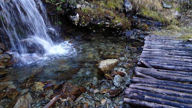 ... mit einer Brücke, die die besten Tagen schon hinter sich hat