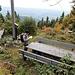 Bänke, Tische, Gipfelkreuz, Gipfelbuch. Auf dem Braunhörnle wird der geübte Schwarzwaldwanderer von Attraktionen geradzu überfordert.