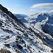 Auf ca. 3000m begann eine durchgehende Schnee-Auflage - auch hier im Südhang. Mit leichten Grödeln war es aber hier im harten, griffigen Schnee (auch ein Vorteil sehr frühen Aufbruchs) völlig problemlos zu gehen.