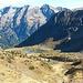 Rückblick auf den Aufstiegsweg mit der Lacken; im Hintergrund der Hundsteinkamm