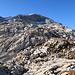vom Gruobenpass geht es direkt über viele Karrenfelder/Felsen hinauf zur Wiss Platte, Markierungen gibt es keine und Wegspuren sind nur ganz selten zu sehen, die Steinmännchen helfen aber sich in den Karrenfelsen zurechtzufinden. Der Anstieg über diese Felsen zur Wiss Platte ist zwar eher aussergewöhnlich aber sehr schön und abenteuerlich. Leider kam aber der Wind ab hier immer mehr auf mit Böen von bis zu 80-100 km/h