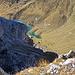 Auf dem Fluechopf mit Tiefblick auf die Westseite hinunter, unten im Tal ist der Weg zum Gruobenpass und der Partnunsee sichbar.