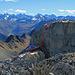 nun geht es weiter zur Schijenflue, hier gibt es verschiedene, aber alles eher schwierige Aufstiege. - die rote Route wäre ein möglicher Aufstieg bei ganz trockenen Bedingungen, Schwierigkeit meiner Meinung nach (KS, III) die grüne Route ist für Kletterer vorgesehen, es hat auch Haken im Fels, (KS. III+), die blaue Route geht am Felsfuss unten vorbei auf die Ostseite, dort hat es verschiedene Möglichkeiten zum Gipfel zu steigen.