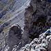 Blick in die Ostflanke. Über die Felsen rechts unten, wo der Wanderer ist, muss man klettern (meistens I, max. II-), um zum Gipfel zu gelangen.