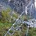 viele massive Steinschlag-Schutznetze