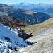 Rückblick aus dem Aufstieg. Die eine Seite ist bereits verschneit und das bleibt auch so, da die Sonne die schattigen Schneehänge nicht mehr erreicht