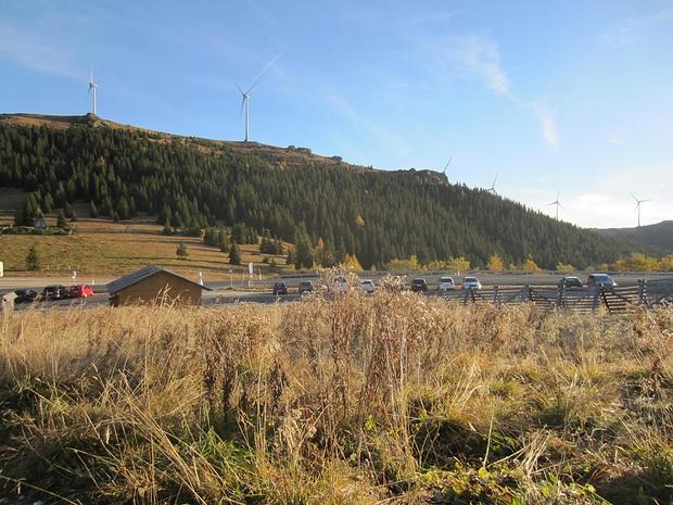 Blick auf den Parkplatz Weinebene und zur Handalm mit dem Windradpark