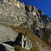 Wir stehen vor der gewaltigen Felsbarriere der Gadmerfluh.