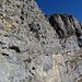 Man beachte die Leiter in der überwältigenden Felswand.