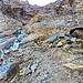 Eccomi alla cascata, notare i punti blu e le frecce, passaggio che visto dalla Capanna Campo Tencia sembra impossibile ci sia un sentiero