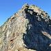 """Ein bisschen Herzklopfen und weiche Knie vor dem unteren Rosso E-Grat (Schlüsselstelle des gesamten """"Giro di Lodrino"""")...unten der schöne Gratabschnitt aus festem Gneis (III), darüber das brüchige Wändchen aus Glimmerschiefer, Amphibolit oder ultramafischen Linsen (? IV) und zuoberst der wiederum kompakte Block aus Gneis (IV, III)"""