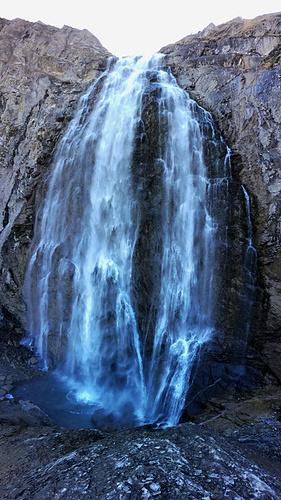 Ein Bild, das Natur, Wasser, Rock, Wasserfall enthält.  Automatisch generierte Beschreibung