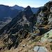 Abstieg durch die Picoll SE-Flanke zum S-Grat mit dem VAV: in der Bildmitte der N-Grat zur C. della Cengia delle Pecore mit dem rechts zu umgehenden Turm, links am Horizont der Madone