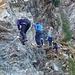 Einstieg in Sektion 2, die beiden Herren ohne Klettergurte sind die Bergführer, die ihren Spaß in der Wand hatten und etwas Hilfestellung gaben