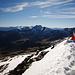 Jemand hat die Tiroler Flagge auf dem Gipfel platziert