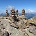 Vier Steinmännchen bevölkern dem Gipfel.