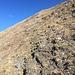 steil hinauf über die Grasflanke bis zur Krete