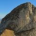 Zoom auf den Tristencholben, auf dem Grasgrat geht es bis zum Anfang vom Fels hinauf und dort ist der Einstieg.