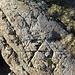 Dieser Felsen sieht aus wie ein altes Brotbrett.