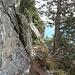 da geht es um die Felsnase herum (wieder mit einem kurzen Abstieg)
