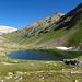 Im Hintergrund die weiße Piz Alv. Auf die Grenze zwischen grünes Gras und weißen Stein ist die Einstieg in Val Verda.