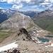 """Vorgipfel (3041m) war schon hinten uns. Die Felsen umgingen wir Südseitig (hier links). Rechts sieht man schon die Seen hinten """"Fuorcla Alv""""."""