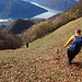 vom Passo Crocetta 1360 m geht es steil durch Wiesen links hinab, bald findet sich eine schwache Spur