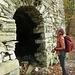 Poco sotto ecco una baita diruta, un autentico capolavoro: portale ad arco e copertura voltata.