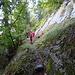 ... zu ersten attraktiven Passagen unter der Felswand ...
