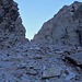 Hinter der Bocchetta d'Erbea geht es in ein rutschiges, schattiges Loch hinunter