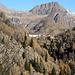a sinistra del pizzo Taneda si intuisce  il percorso per la capanna Cadlimo