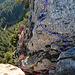 so sieht die Schlüsselstelle von oben auf dem Grat aus, es wird hier sehr ausgesetzt hinunter gestiegen und nach rechts traversiert, siehe rote Linie, die blaue Linie wäre der direkte Anstieg über die Felswand.