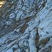 eine mit Stahlseilen gesichert Stelle auf dem Weg zum Mittleren Goggeien ist recht unschwierig zu meistern, ich jedenfalls habe diese Stelle mit den Wanderstöcken in den Händen gequert, obwohl es etwas Nass war, es hat gute Abstufungen (Tritte) im Fels.