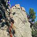 ich stehe hier bereits mitten in der Schlüsselstelle, der blaue Pfeil zeigt die IIIer Kletterstelle direkt zum Gipfel hinauf, die mir heute bei leicht feuchtem Fels und ungesichert zu gefährlich war. Die rote Linie ist meine Umgehung der Felswand auf die Südseite vom Schär Nordgipfel. Ich bin ca. 2-3 Meter vom Grat abgestiegen und traversierte sehr ausgesetzt, in sehr steilem Gelände (Gelände mit Fels und Grasbüschel dazwischen)  auf die Südseite vom Nordschär