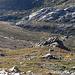 Im Aufstieg vom Refuge de l'Erco zum Monte Cinto - Rückblick. Unten ist die Hütte zu sehen, dahinter auch der kurze felsige Abschnitt, durch den der Weg aus/in Richtung l'Astradella und Lozzi verläuft.
